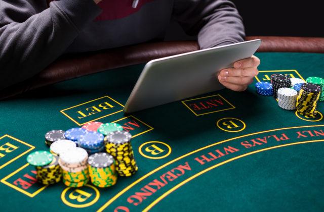 Играть в русское казино голые мальчик и девочка играют в карты на